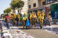 LIMASSOL, CHIPRE - 26 DE FEBRERO: Los participantes no identificados del carnaval marchan en desfile de carnaval de Chipre el 26  Imagen de archivo