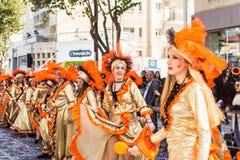 LIMASSOL, CHIPRE - 26 DE FEBRERO: Los participantes no identificados del carnaval marchan en desfile de carnaval de Chipre el 26  Foto de archivo