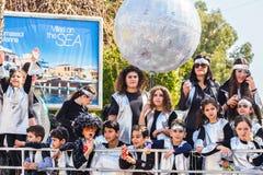 LIMASSOL, CHIPRE - 26 DE FEBRERO: Los participantes no identificados del carnaval marchan en desfile de carnaval de Chipre el 26  Fotos de archivo
