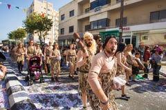 LIMASSOL, CHIPRE - 26 DE FEVEREIRO: Carnivalists em chapéus de um cilindro da prata segue alegremente a faixa da municipalidade d Fotografia de Stock