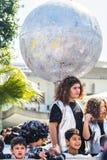 LIMASSOL, CHIPRE - 26 DE FEVEREIRO: Carnivalists em chapéus de um cilindro da prata segue alegremente a faixa da municipalidade d Imagem de Stock