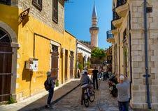 LIMASSOL, CHYPRE - 1er avril 2016 : Touristes marchant autour et s Image libre de droits