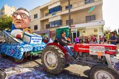 LIMASSOL, CHYPRE - 26 FÉVRIER : Défilé de carnaval grand - un peuple non identifié de tous les âges, genre et nationalité dedans Images stock