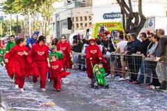 LIMASSOL, CHYPRE - 26 FÉVRIER : Défilé de carnaval grand - un peuple non identifié de tous les âges, genre et nationalité dedans Photographie stock libre de droits
