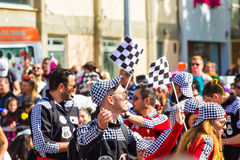 LIMASSOL, CHYPRE - 26 FÉVRIER : Les participants non identifiés de carnaval marchent dans le défilé de carnaval de la Chypre le 2 Photos libres de droits
