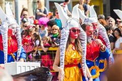 LIMASSOL, CHYPRE - 26 FÉVRIER : Les participants non identifiés de carnaval marchent dans le défilé de carnaval de la Chypre le 2 Images libres de droits