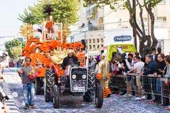 LIMASSOL, CHYPRE - 26 FÉVRIER : Les participants non identifiés de carnaval marchent dans le défilé de carnaval de la Chypre le 2 Photos stock