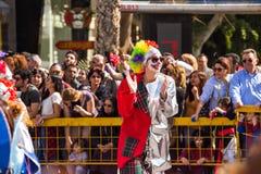 LIMASSOL, CHYPRE - 26 FÉVRIER : Les participants non identifiés de carnaval marchent dans le défilé de carnaval de la Chypre le 2 Image libre de droits