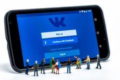 LIMASSOL, CIPRO - 7 DICEMBRE 2015: Gruppo di persone che guardano all'applicazione di Vkontakte Immagini Stock
