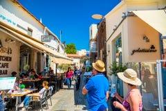 LIMASSOL CYPERN - April 01, 2016: Turister och lokaler som tycker om Arkivbild