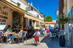 LIMASSOL CYPERN - April 01, 2016: Turister och lokaler som tycker om Arkivfoton