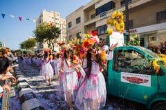 LIMASSOL CYPERN - FEBRUARI 26: Oidentifierade karnevaldeltagare marscherar i Cypern som karnevalet ståtar på FEBRUARI 26, 2017 Arkivbild