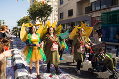 LIMASSOL CYPERN - FEBRUARI 26: Oidentifierade karnevaldeltagare marscherar i Cypern som karnevalet ståtar på FEBRUARI 26, 2017 Royaltyfria Bilder