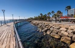 Limassol Cypern - Februari 15, 2017: Strandpromenad på den Molos sjösidan Fotografering för Bildbyråer