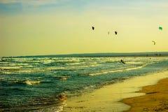 Limassol Cypern - 12, 03, 2018: Glida upp och ner med deras drake för bränningbräden som surfar på de kust- vågorna av Cypern royaltyfri foto