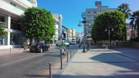 LIMASSOL CYPR, KWIECIE?, - 14, 2018: Ruch drogowy przy Anexartisias ulic? zdjęcie wideo