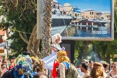 LIMASSOL CYPR, LUTY, - 26: Carnivalists w srebro butli kapeluszach joyfully podąża Limassol Magistrackiego zespołu Fotografia Royalty Free