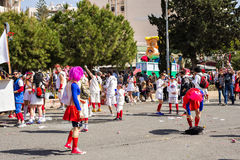 LIMASSOL CYPR, LUTY, - 26: Carnivalists w srebro butli kapeluszach joyfully podąża Limassol Magistrackiego zespołu Zdjęcia Stock
