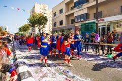 LIMASSOL CYPR, LUTY, - 26: Karnawałowi uczestnicy na Cypr Karnawałowej paradzie na Luty 26, 2017 w Limassol Obraz Royalty Free