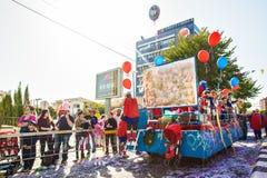 LIMASSOL CYPR, LUTY, - 26: Niezidentyfikowani Karnawałowi uczestnicy maszerują w Cypr Karnawałowej paradzie na LUTY 26, 2017 Obraz Stock