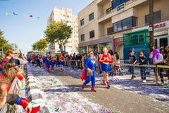 LIMASSOL CYPR, LUTY, - 26: Niezidentyfikowani Karnawałowi uczestnicy maszerują w Cypr Karnawałowej paradzie na LUTY 26, 2017 Obrazy Royalty Free