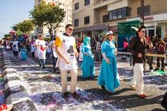 LIMASSOL CYPR, LUTY, - 26: Niezidentyfikowani Karnawałowi uczestnicy maszerują w Cypr Karnawałowej paradzie na LUTY 26, 2017 Obraz Royalty Free