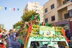 LIMASSOL CYPR, LUTY, - 26: Niezidentyfikowani Karnawałowi uczestnicy maszerują w Cypr Karnawałowej paradzie na LUTY 26, 2017 Zdjęcia Royalty Free