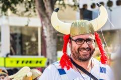 LIMASSOL CYPR, LUTY, - 26: Szczęśliwi ludzie w drużynach ubierali z colorfull kostiumami przy sławnym, Luty 26, 2017 wewnątrz Obrazy Stock