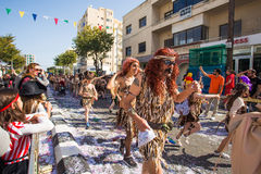 LIMASSOL CYPR, LUTY, - 26: Szczęśliwi ludzie w drużynach ubierali z colorfull kostiumami przy sławnym, Luty 26, 2017 wewnątrz Fotografia Stock