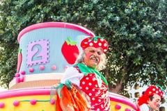 LIMASSOL CYPR, LUTY, - 26: Szczęśliwi ludzie w drużynach ubierali z colorfull kostiumami przy sławnym, Luty 26, 2017 wewnątrz Obraz Stock