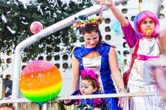 LIMASSOL CYPR, LUTY, - 26: Szczęśliwi ludzie w drużynach ubierali z colorfull kostiumami przy sławnym, Luty 26, 2017 wewnątrz Fotografia Royalty Free