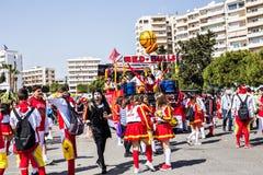 LIMASSOL CYPR, LUTY, - 26: Szczęśliwi ludzie w drużynach ubierali z colorfull kostiumami przy sławnym, Luty 26, 2017 wewnątrz Obraz Royalty Free