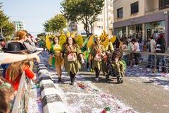 LIMASSOL CYPR, LUTY, - 26: Szczęśliwi ludzie w drużynach ubierali z colorfull kostiumami przy sławnym, Luty 26, 2017 wewnątrz Zdjęcie Stock