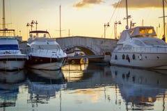 Limassol, Cypr: 12, 28, 2018 wczesnych poranków spacer wokoło Marina na ten pięknym wschód słońca, spokój wody przed pływać statk obrazy stock