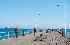 LIMASSOL, CYPRUS - APRIL 1, 2016: Mensen die door de pijler op een zonnige dag lopen Royalty-vrije Stock Fotografie