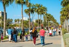 LIMASSOL, CYPRUS - APRIL 1, 2016: Mensen die door strandboulevard op een zonnige dag lopen Royalty-vrije Stock Foto