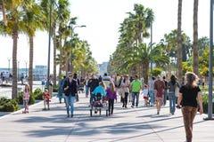LIMASSOL, CYPRUS - APRIL 1, 2016: Mensen die door strandboulevard op een zonnige dag lopen Royalty-vrije Stock Afbeeldingen