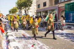 LIMASSOL, CYPRUS - FEBRUARI 26: Niet geïdentificeerde Carnaval-deelnemers maart in de Parade van Cyprus Carnaval, 26 Februari, 20 Royalty-vrije Stock Foto's