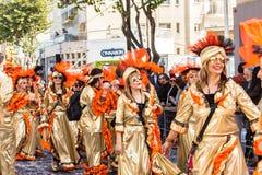 LIMASSOL, ZYPERN - 26. FEBRUAR: Großartige Karnevalsparade - nicht identifizierten Leute alles Alters, Geschlechtes und Nationali Lizenzfreie Stockfotografie