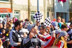LIMASSOL, ZYPERN - 26. FEBRUAR: Nicht identifizierte Karnevalsteilnehmer marschieren in Zypern-Karnevalsparade am 26. Februar 201 Lizenzfreie Stockfotos