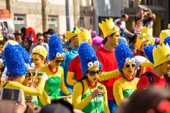 LIMASSOL, ZYPERN - 26. FEBRUAR: Nicht identifizierte Karnevalsteilnehmer marschieren in Zypern-Karnevalsparade am 26. Februar 201 Stockfotografie