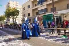 LIMASSOL, ZYPERN - 26. FEBRUAR: Nicht identifizierte Karnevalsteilnehmer marschieren in Zypern-Karnevalsparade, am 26. Februar 20 Lizenzfreies Stockfoto