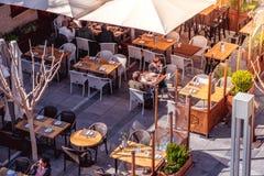 LIMASSOL, ZYPERN - 18. März 2016: Leute sitzen am Heraus stockfoto