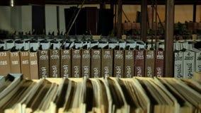 Limatura dei documenti nel dipartimento degli archivi video d archivio