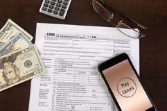 Limatura mobile di imposta sul reddito Fotografia Stock