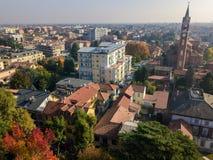 Limbiate, vista aérea, a paróquia de St George, a igreja, as casas e ruas do centro das ruas Italy fotos de stock royalty free