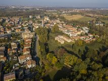 Limbiate, widok z lotu ptaka parafia St George kościół i ulicy śródmieścia ulicy, stwarza ognisko domowe Włochy Fotografia Royalty Free