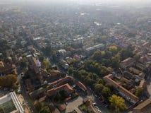 Limbiate, widok z lotu ptaka parafia St George kościół i ulicy śródmieścia ulicy, stwarza ognisko domowe Włochy Zdjęcie Stock