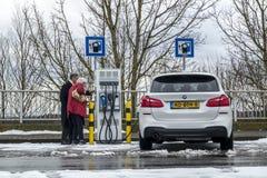Limburg Tyskland - Februari 11 2018: Par genom att använda denfyllning stationen royaltyfri fotografi