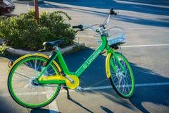 LimeBike που αφήνεται σε έναν χώρο στάθμευσης στην περιοχή κόλπων του Σαν Φρανσίσκο Στοκ Φωτογραφία